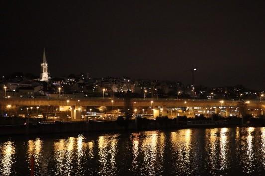サンクルーの夜景。高台にそびえる教会がシンボルです。(友人撮影)
