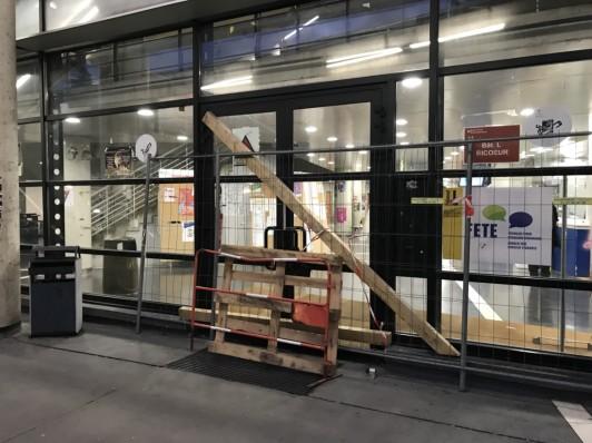 一時封鎖された文学部棟のバリケード。