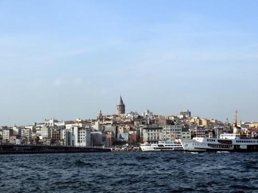 イスタンブールのガラタ塔〔中央に見える尖った建物〕