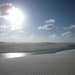 ブラジル北東部のレンソイスに広がる大砂丘。瑠璃色の潟湖が美しい(ブラジル)