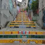 リオ市内の一角にある新観光名所「セラロンの階段」 階段に色々な国や種類のカラフルなタイルが貼ってある(ブラジル)
