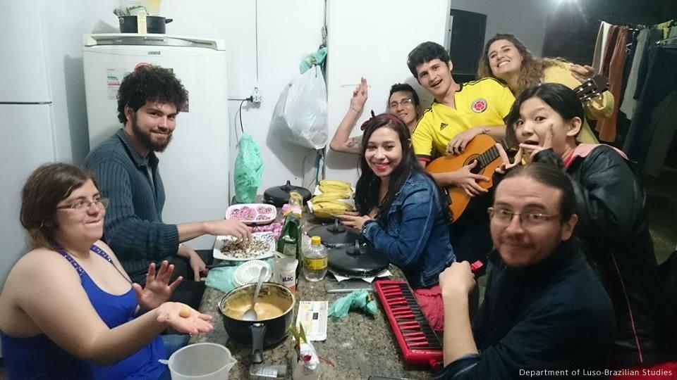 大学の講義はかなり難しかったのですが、時々ブラジル人の仲間とパーティーをしました。その時の写真ですが、楽しくポルトガル語を向上させることができて、一石二鳥でした。Que saudade! (懐かしい!)