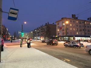バス停。寒い中、なかなか来ないバスを待つのは大変です。
