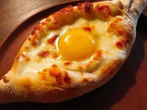 私が特に好きなのが、「ハチャプリ」というチーズや卵を詰めた大きいパン料理です。