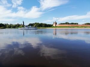 街中を流れるВолхово(ヴォルホヴォ川)の名前をとってНовгород-на-Волхове(ヴォルホヴォ川沿いのノヴゴロド)とも呼ばれます