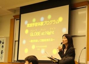 GLOBEプログラムの生徒の研究発表会で司会をしているところ