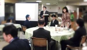 職員の自主勉強会「SHIPSサロン」にて、ファシリテーターを務める(2012年、新宿区役所食堂)