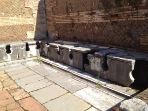 オスティアの「広場の浴場」前の2000年前の公衆トイレ