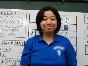 教室にて:1日の見通しを持たせるため、ホワイトボードに予定を書いています。 写真は講師を招いてのパン作りが行われた日に、子どもに撮ってもらいました。