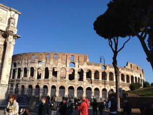 同、快晴の下に聳え立つコロッセオ(2013年撮影)