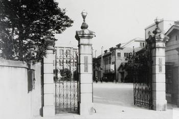 白百合学園旧九段校舎正門