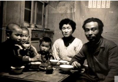 [参考]1958(昭和33)年の食事風景 (http://m-iwai.jp/?m=200508)