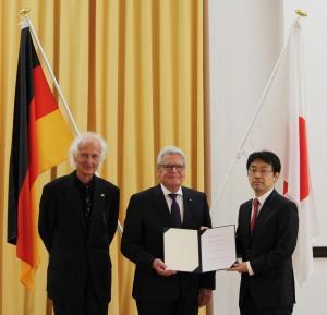 (左から)アレクサンダー・フォン・フンボルト財団シュヴァルツ会長、ガウク独大統領、河崎教授/京都大学提供