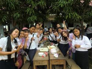 写真:昼食の風景(STPカンボジア)