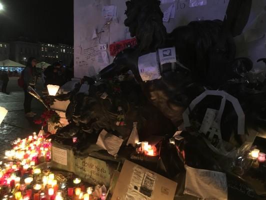リヨンといえば12月の光の祭典で有名ですが2015年は11月のパリでのテロの影響で中止でした。12月8日はマリア様だけでなく犠牲者の方々にも光を灯しており、街の中心であるBellecourのLouis14世の銅造下にはたくさんのろうそくが灯されていました。いつかは本当の光の祭典を見に行きたいものです。