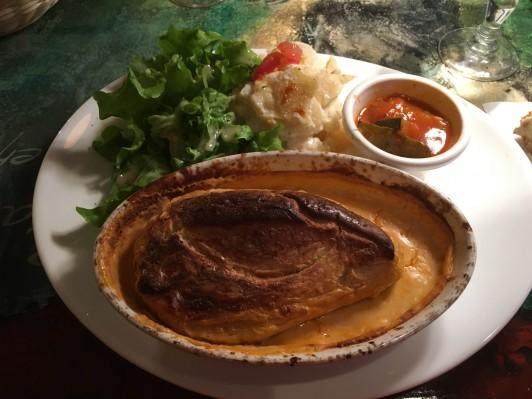 リヨン料理(bouchon)のメニューである肉や魚をすり潰したクネル(quenelle)。日本のはんぺんみたいな食感です。