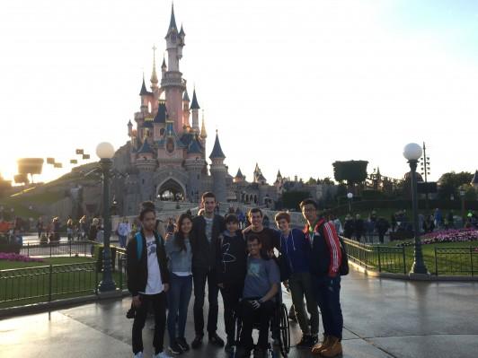 パリのディズニーランドで 私が最後にみんなで行きたいと言ったらみんなで行くことを企画してくれました。日本のディズニーよりは殺風景ですが、アトラクションに迫力があって、日本とは少し違うディズニーランドを体験できました。