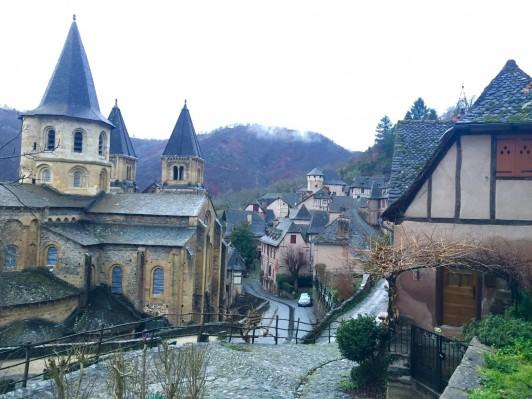 ロマネスク教会の一つ、サント・フォア聖堂(左手)は、人口250人に満たない山奥の村、コンクにひっそりと佇んでいます。フランスで最も見たかった建築物のうちの一つでした。