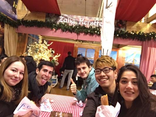 シャンゼリゼ通りのクリスマスマーケットでラクレットを食べました。ヨーロッパのクリスマスの力の入れ方は半端ないです。