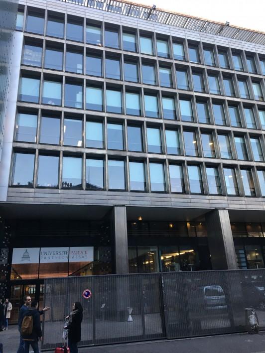授業は主にこのキャンパス(Centre Assas)で受けています、パリ市内では珍しい近代的な建物です。その他インターナショナルオフィスはCentre Panthéon、経済学部の1年生向けの授業はCentre Vaugirardになり、ここからは少し離れたところにあります。