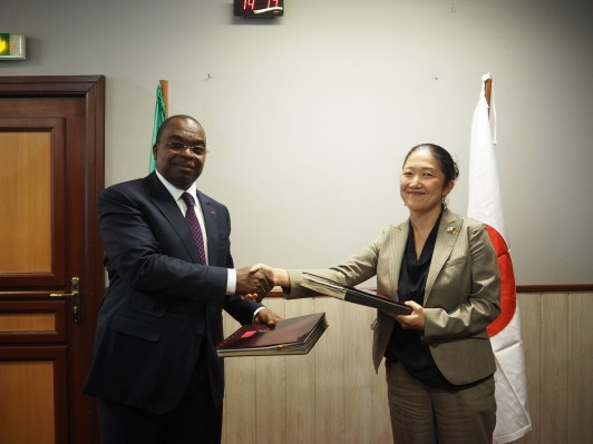 カメルーン経済計画大臣との円借款署名式