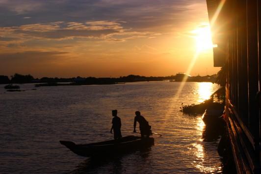 教会兼学校から帰る子どもとトンレサップ湖の夕陽