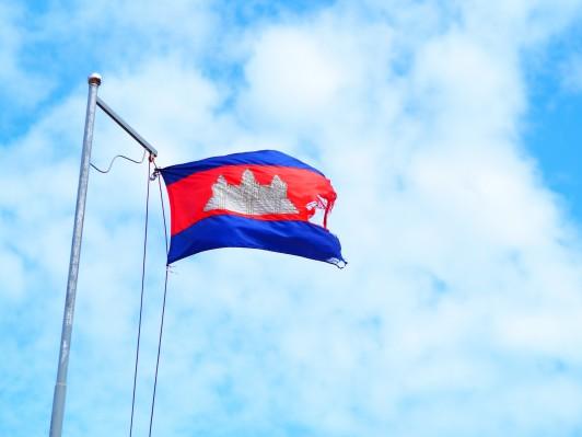 村の中心で翻るカンボジア国旗