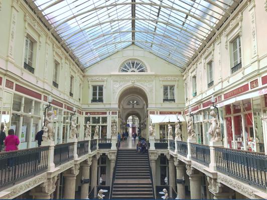 1840年に建てられた商店街Passage Pommeraye。高級店ばかりのように見えますが、意外に可愛い雑貨屋なども入っています。