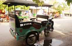 トゥクトゥク(三輪自動車を用いたタクシー)。写真は在日カンボジア王国観光省HPより。