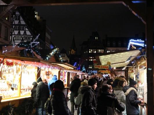 賑わうストラスブール大聖堂前のクリスマスマーケット