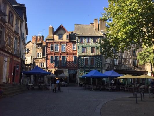 バーやクレープの店が集まる、レンヌの繁華街の一角。