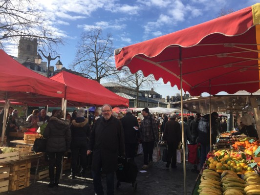 フランス第2の規模とされるレンヌの朝市。ソーセージのガレットが人気です。