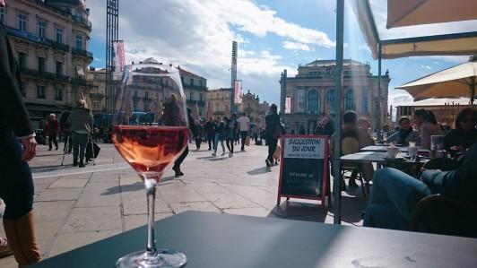 町の中心コメディ広場で冷えた南仏のロゼを嗜む。(お酒とタバコは二十歳になってから!)