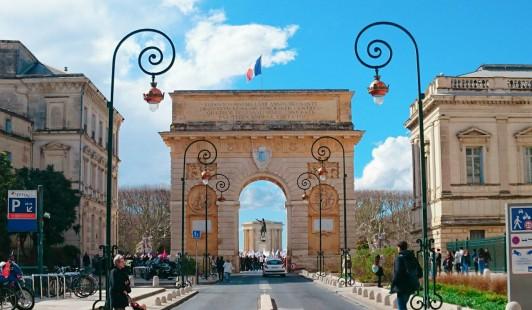 ペイルー凱旋門とルイ14世像
