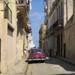ビンテージ車がいまだに現役のハバナの街並み(キューバ)