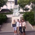 ゴヤ像の前で寮の友達と