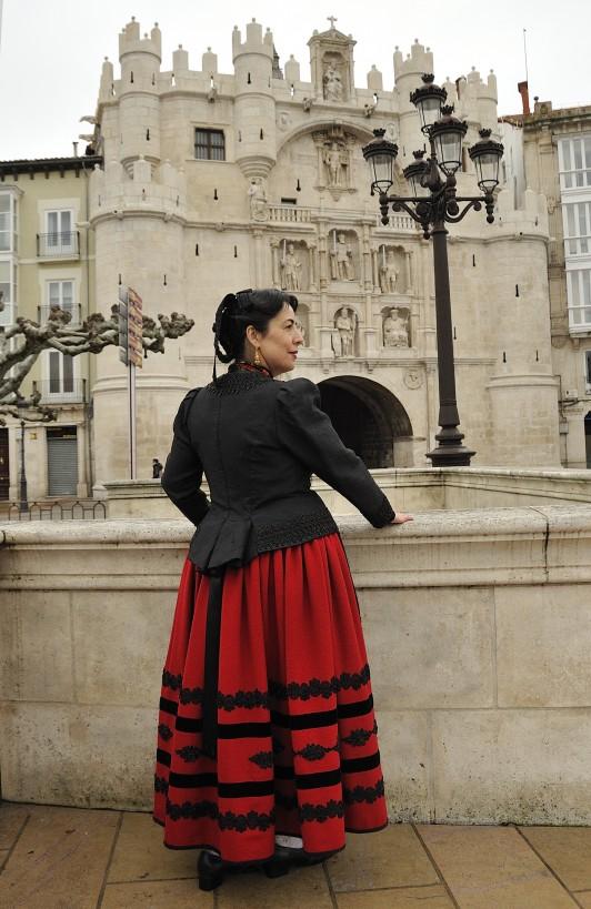 ブルゴスの民族衣装を着てサンタ・マリア門の前で