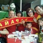 前回のW杯決勝時のスペインの友人たち。タオルが裏向けになっているのはご愛敬。
