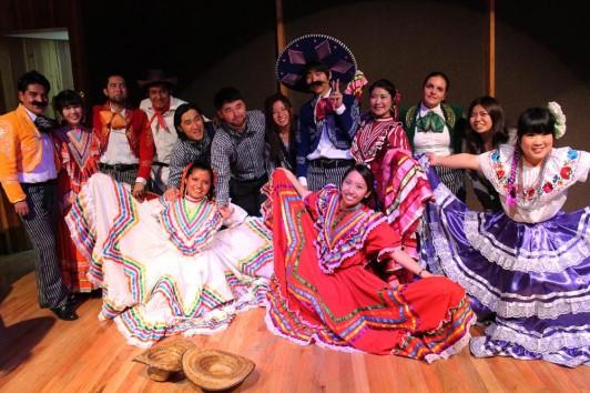 選択できるクラスは多種多様であり、これはメキシコの伝統的な踊りを学ぶ授業である。