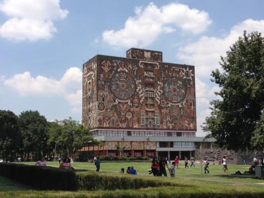 建物そのものが芸術作品ともいえるUNAMの中央図書館。壁面にはメキシコの歴史が描かれている。