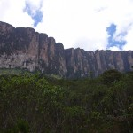 ブラジル、ベネズエラ、ガイアナの三国国境に位置するロライマ山。