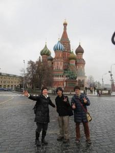 ワシーリー聖堂前にて (3人のうち、左が筆者)