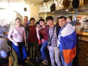 スポーツバーでロシア人サポーターから記念撮影を求められました。(右から3人目が筆者)