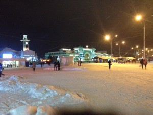雪が積もるノボシビルスク駅前
