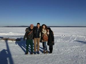 オネガ湖は凍っていました。(右端が筆者)