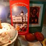 お家の食卓の上の小さな復活祭のための祭壇