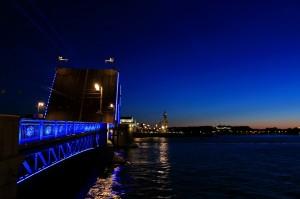 《1:30》 宮殿橋 深夜、大型の商船が通ります