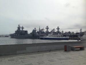 市内あちこちで軍用艦をみかけます