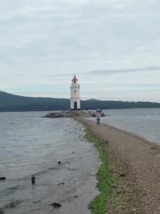海の上にひっそりとたたずむ灯台。映画に出てきそう。