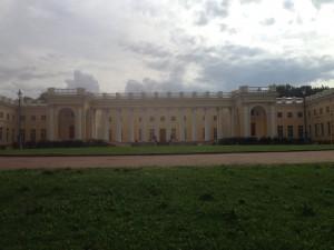 アレクサンドル宮殿。エカテリーナ宮殿に比べると豪華さには欠けますが、素晴らしい建物です。これまた大きすぎて写真に収まりません。